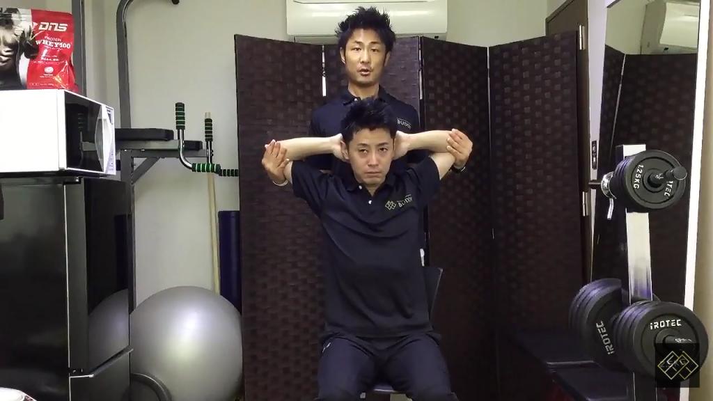 【スポーツチーム向け②】練習後の疲労を残さないパートナーストレッチ(大胸筋)